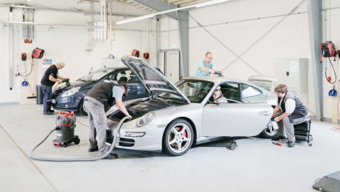 Fahrzeugpflege hand in hand